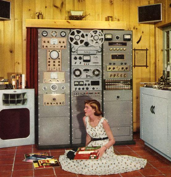 hi-fi girl на кухне с музыкой
